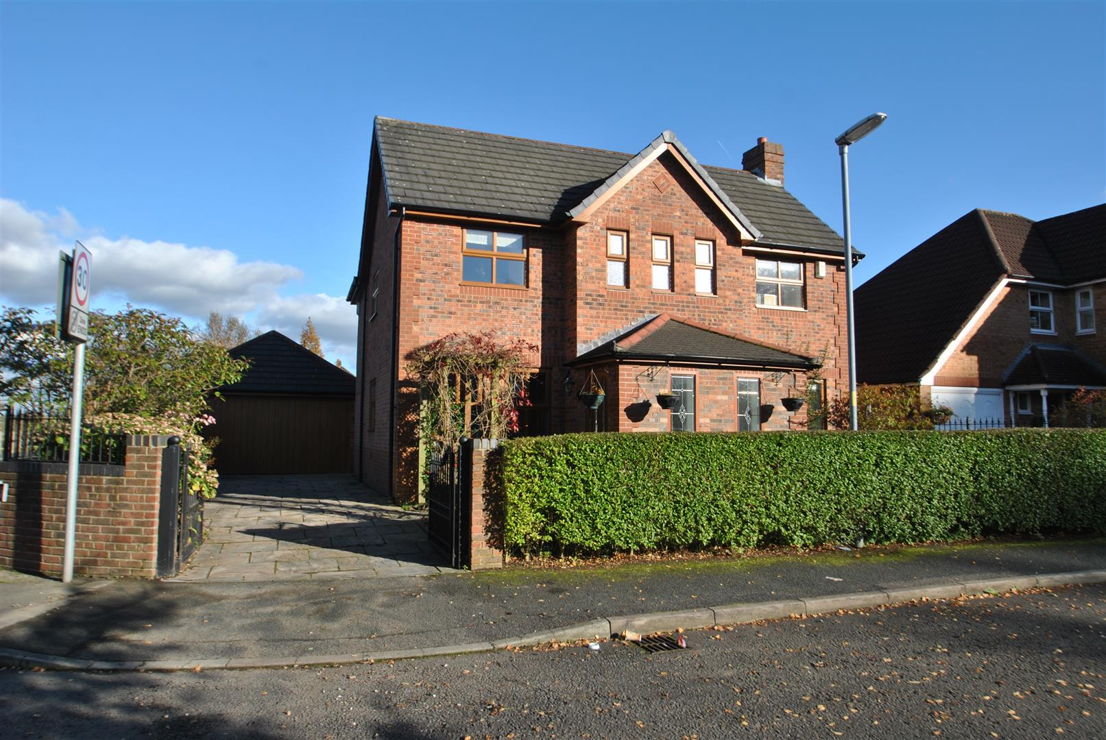 4 Bedrooms Detached House for sale in Poynton Close, GRAPPENHALL, Warrington, WA4